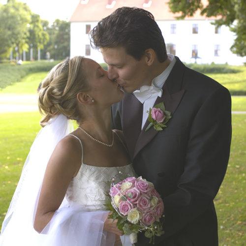 afaa66d600f6 Här intill kan ni läsa om vad som ingår i bröllopspaketet och nedan kan ni  läsa om våra kanapéer och festmenyer. Ni kan även läsa om våra  bröllopstårtor som ...